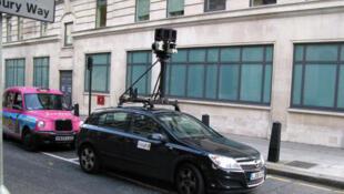 Une voiture Street View de Google à Londres en 2008, dont la caméra fournit une vue panoramique des rues en 3D.