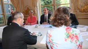 Le Premier ministre, Jean Castex (c.), et la ministre du Travail, Elisabeth Borne, rencontrant Laurent Berger, le 9 juillet 2020, à Matignon.