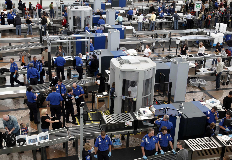 Portões eletrônicos de controle de imigração no Aeroporto de Denver.