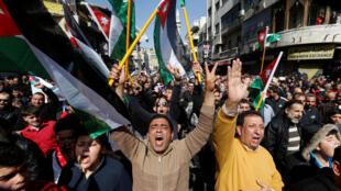 Des centaines de Jordaniens ont manifesté à travers le pays contre des nouvelles taxes imposées par le gouvernement, le 24 février 2017.