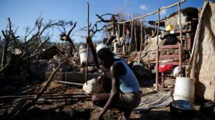 Un habitant de Jérémie (Haïti), après le passage de l'ouragan Matthew, le 12 octobre 2016.