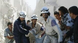 Alep, le 20 septembre 2014, des Casques blancs viennent au secours de civils après un bombardement.