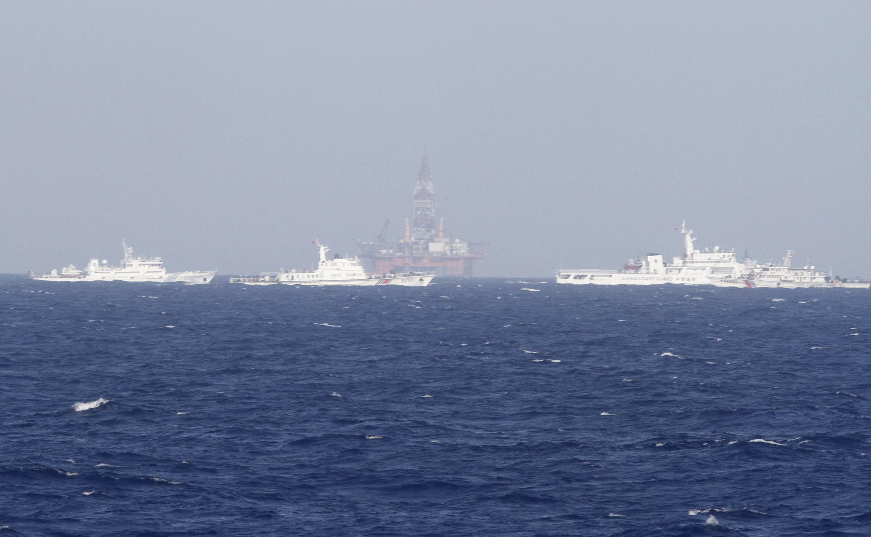 Tàu Tuần duyên Trung Quốc dàn hàng ngang bảo vệ giàn khoan HD-981. Ảnh chụp ngày 14/05/2014