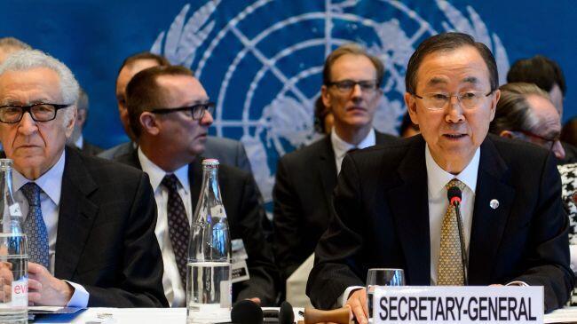Katibu mkuu wa UN  Ban Ki-moon,akiwa na wajumbe wengine wa umoja huo kwenye mkutano wa Geneva kuhusu Syria