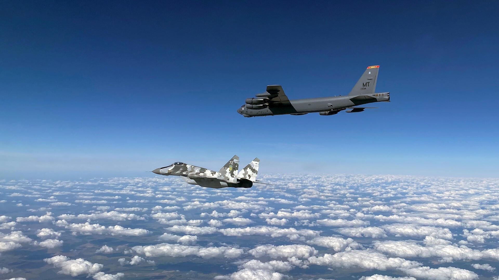 Oanh tạc cơ B-52 trên bầu trời Ukraina, ngày 04/09/2020.