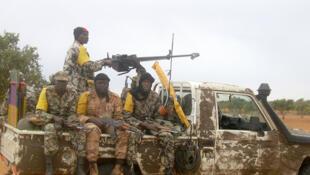 Askari wa Mali wanapiga doria, wakimtafuta adui.