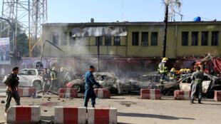 Les policiers inspectent le site de l'explosion.