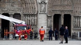 O incêndio que destruiu parte da catedral de Notre-Dame de Paris foi apagado nesta terça-feira (16).