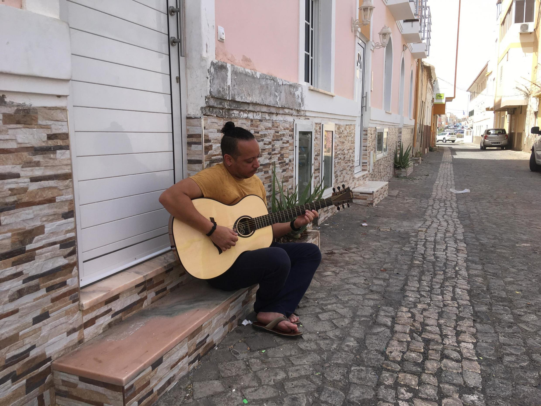 Le guitariste Hernani Almeida, à Praia, où se tient l'Atlantic Music Expo.