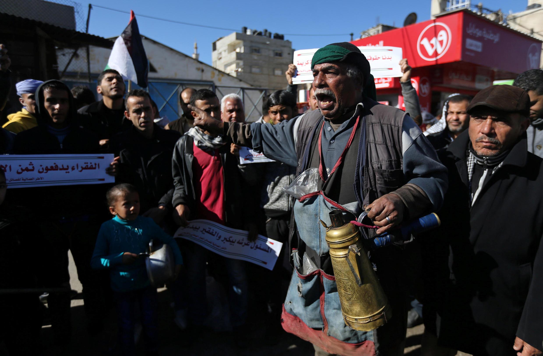 Des réfugiés palestiniens manifestaient devant le siège de de l'UNRWA à Rafah pour de meilleures conditions de vie le 11 janvier 2018.
