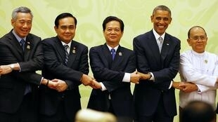 Hội nghị Thượng đỉnh Mỹ-ASEAN ngày 13/11/2014 tại Naypyidaw (Miến Điện). Từ trái sang phải: Thủ tướng Singapore Lý Hiển Long, Thủ tướng Thái Lan Prayuth Chan-ocha, Thủ tướng Việt Nam Nguyễn Tấn Dũng, Tổng thống Mỹ B. Obama, Thủ tướng Miến Điện Thein Sein.