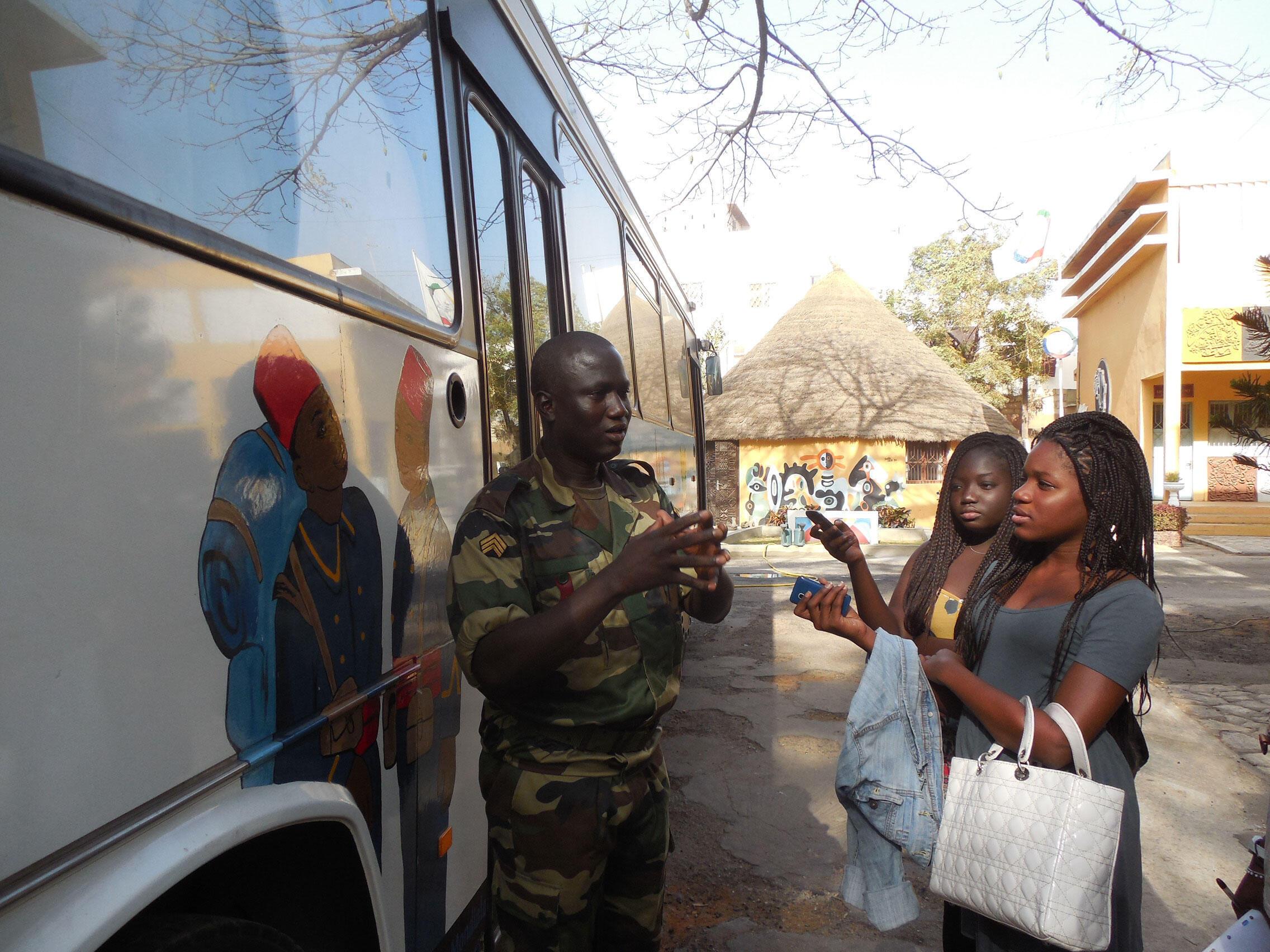 Dans son récit, le conservateur met l'accent sur le recrutement et les conditions de vie des Tirailleurs sénégalais.
