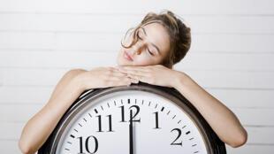 El ritmo circadiano, también conocido como ritmo biológico regula una buena parte de nuestras funciones como el sueño, la alimentación y la temperatura corporal.