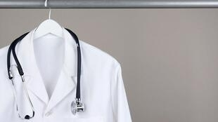 بنا بر خبرگزاریهای گوناگون، ظرفیت پذیرش دانشجو در رشته پزشکی در ایران بسیار کم و محدود است و در حال حاضر به ازای هر ۱۰ هزار نفر تنها ۱۱ پزشک در کشور وجود دارد.