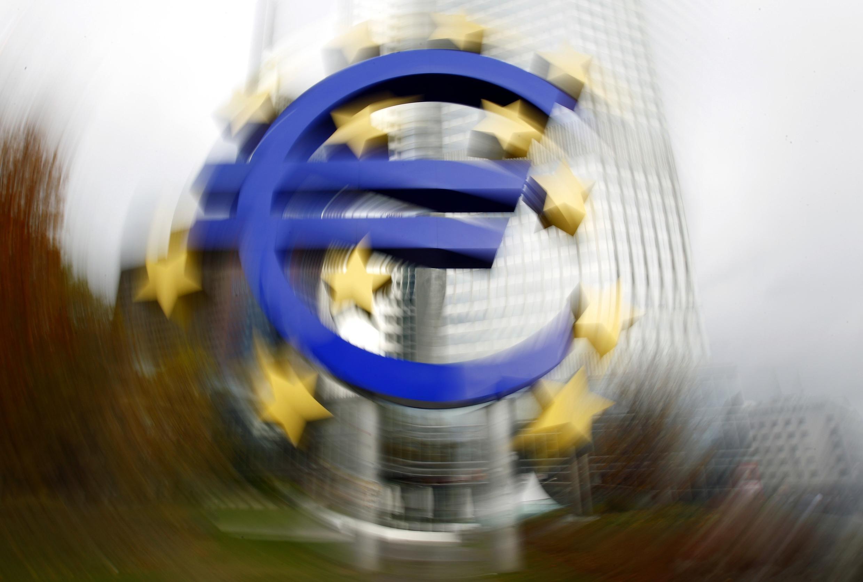 Логотип европейской единой валюты перед зданием штаб-квартиры Центрального европейского банка во Франкфурте