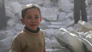 Một đứa trẻ sau đợt oanh kích của quân đội Syria tại Alep. Ảnh ngày 06/03/2014.
