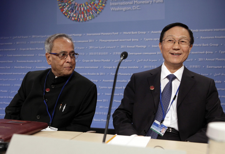 Bộ trưởng Tài chính Ấn Độ (trái) và người đồng sự Trung Quốc tại cuộc thường niên của IMF và Ngân hàng Thế giới, hôm 22/9/2011
