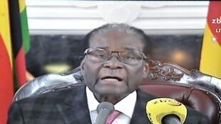 В телеобращении в воскресенье, 19 ноября, Мугабе ни слова ни сказал об отставке