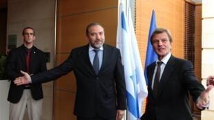 Le chef de la diplomatie française, Bernard Kouchner (à droite), et son homologue israélien, Avigdor Lieberman, le 18 novembre 2009.