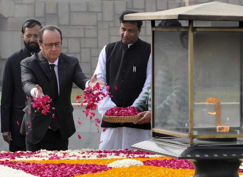 Франсуа Олланд на мемориале Махатмы Ганди в Нью-Дели, 25 января 2016.