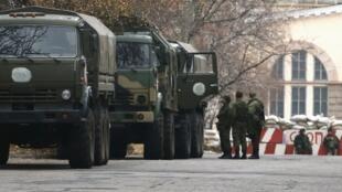 Des camions militaires près d'un check-point à Donetsk, dans l'est de l'Ukraine.