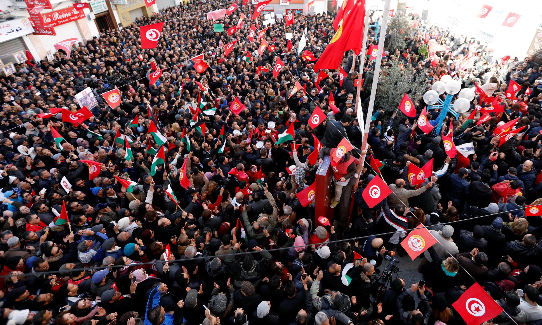 Milhares de pessoas foram às ruas durante esse dia de greve geral na Tunísia.