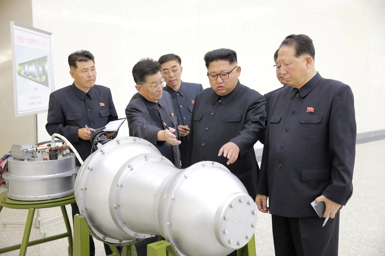 Lãnh đạo Triều Tiên Kim Jong Un chỉ đạo chương trình vũ khí hạt nhân với Ri Hong Sop (thứ 2 bên trái) và Hong Sung Mu (P). Ảnh do KCNA cung cấp ngày 03/09/2017.