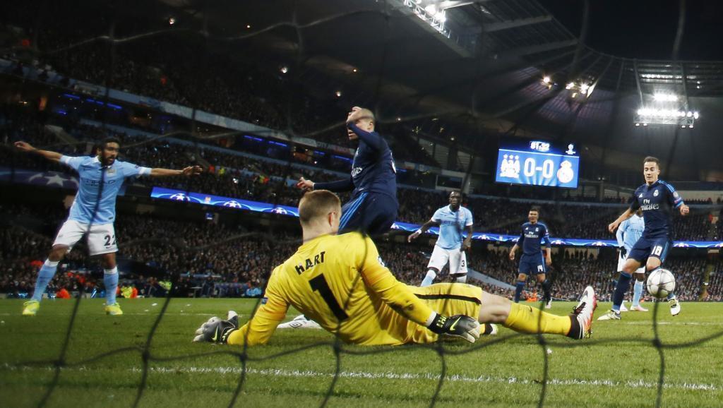 Kipa wa Manchester City akiokoa hatari katika lango lake.