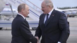A son arrivée en Biélorussie, Vladimir Poutine a reçu un accueil cordial de la part de son homologue Alexandre Loukachenko.