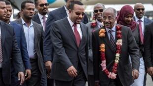 Le ministre des Affaires étrangères érythréen Osman Saleh (à droite) et Abiy Ahmed (à gauche) le 26 juin 2018 à Addis-Abeba.