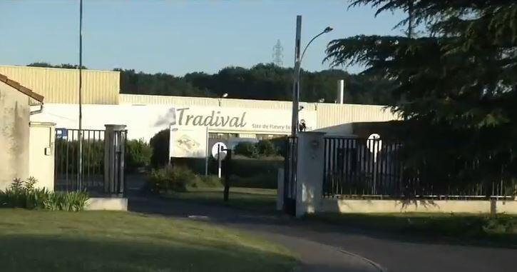 """O abatedouro Tradival, onde 400 funcionários serão testados para a Covid-19, foi considerado """"obsoleto"""" pelos representante do Estado na região do Vale do Loire."""