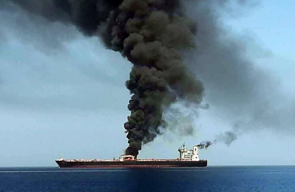 تصویر یکی از دو کشتی آتش گرفته که بر اساس تصاویر پخش شده توسط تلویزیون دولتی ایران برداشته شده است - ١٣ ژوئن ٢٠١٩