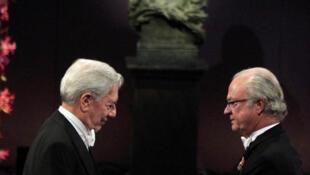 Mario Vargas Llosa recibe el Nobel de Literatura de la mano del Rey de Suecia el 10 de diciembre.