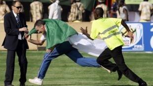 Un supporter algérien traverse le stade en courant avant le début du match, le 18 novembre 2009.