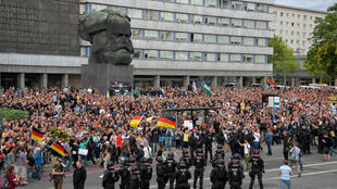 Des manifestants d'extrême droite se rassemblent à Chemnitz (Allemagne), le 27 août 2018.