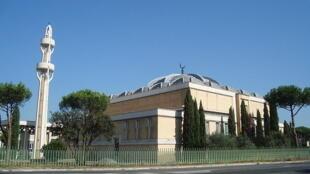 La mosquée de Rome, l'une des quatre officiellement reconnues en Italie. La plupart du temps, les musulmans doivent prier dans d'anciens garages ou magasins.