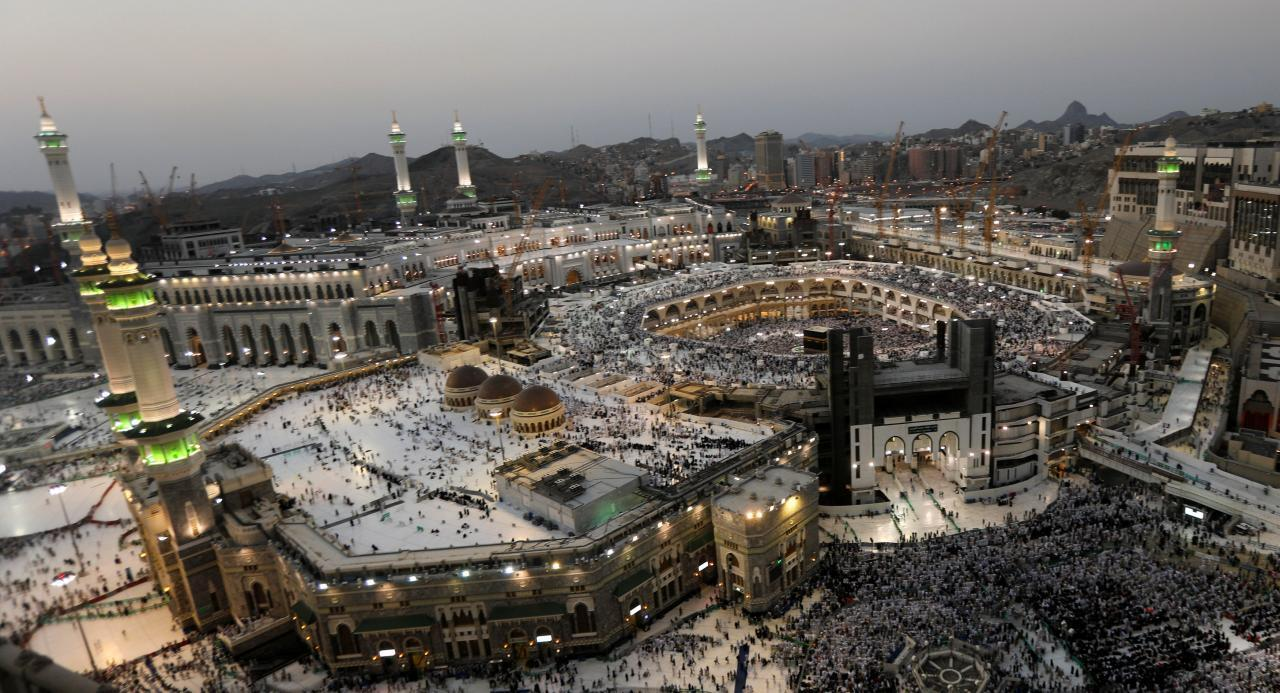 Al'ummar Musulmi yayin gudanar da Ibada a Masallacin Makkah.