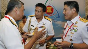 Phó đô đốc Philippines Alexander Pama (trái) thảo luận với Đô đốc Brunei Haji Abdul Halim (giữa) và Phó đô đốc Indonesia Martesio M.M (phải) bên lề hội nghị  Tư lệnh Hải quân các nước ASEAN lần thứ 5 tại Hà Nội ngày 27/7/11.
