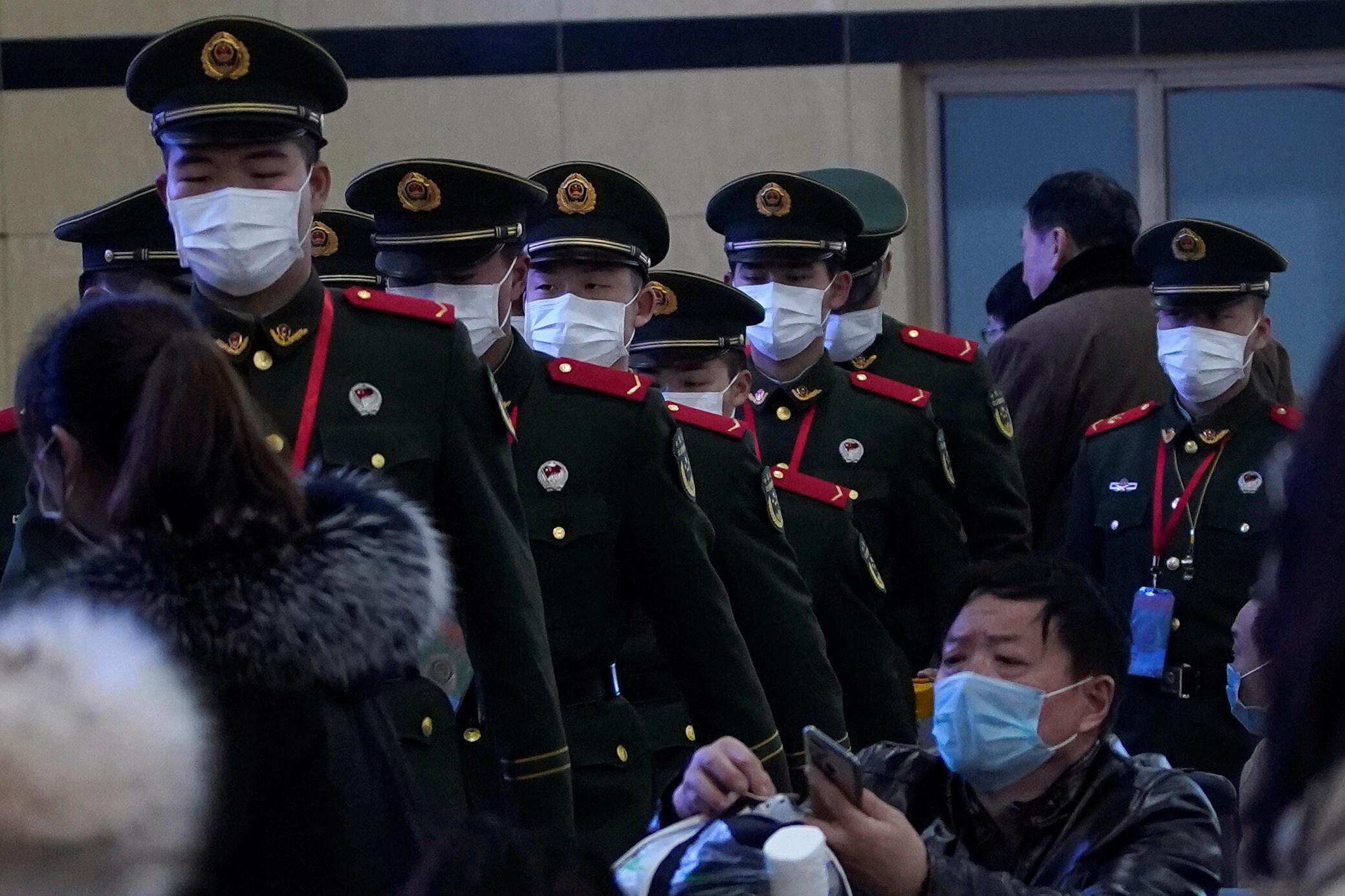 اپیدمی جدید در شهر شانگهای مشاهده شده است:نیروهای انتظامی در ایستگاه قطار شهر