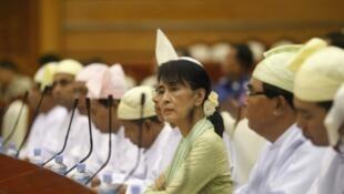 Aung San Suu Kyi, tại Quốc hội Miến Điện.