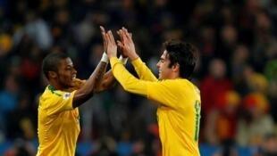 Michel Bastos e Kaká comemoram a vitória do Brasil sobre o Chile.