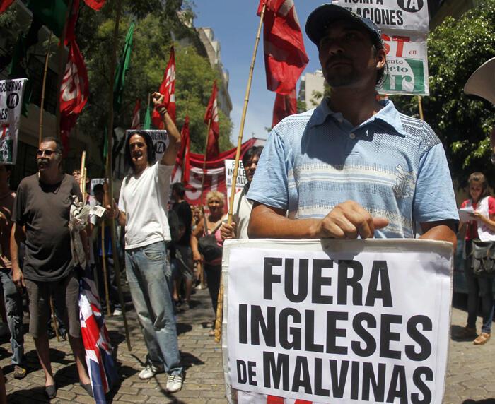 """Un centenar de manifestantes de  izquierda reclamó al gobierno argentino que rompa relaciones  diplomáticas con Londres en repudio al primer ministro británico, David  Cameron, que calificó de """"colonialista"""" al país sudamericano."""