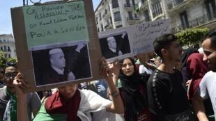 Des étudiants manifestent à Alger pour dénoncer la mort en détention de Kamel Eddine Fekhar après 50 jours de grève de la faim, le 28 mai 2019.