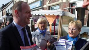 Le désormais président par intérim du FN Steeve Briois, le 7 avril, sur un marché d'Hénin-Beaumont , la ville dont il est également le maire.