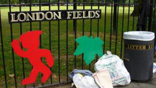 Des déchets jetés à côté d'une poubelle devant le parc de London Fields, au nord-est de Londres.