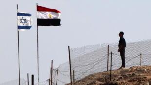 Un soldat égyptien monte la garde au point de passage de Taba à la frontière israélo-égyptienne. (image d'archives)