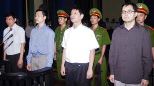Các nhà ly khai Trần Huỳnh Duy Thức, Nguyễn Tiến Trung, Lê Thăng Long và Lê Công Định trong phiên tòa sơ thẩm ngày 20/1/ 2010.