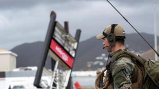 Un soldat hollandais patrouille dans les rues de Sint Maarten dans, les Antilles néerlandaises, après le passage de l'ouragan Irma, le 7 septembre 2017.