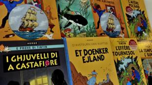 Portadas de los álbums de Tintín traducidas a varios idiomas en la sede de la editorial Casterman en Bruselas, Bélgica, el 24 de enero de 2014