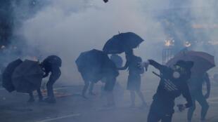 香港反送中10月1日多地示威首传实弹射人伤者中弹生死不卜。